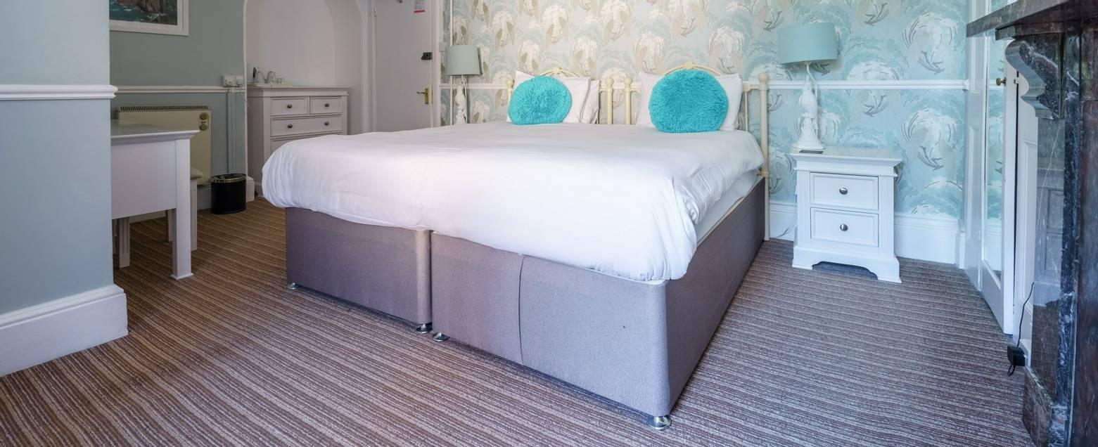 10684_0126 Holnicote House - Room 13