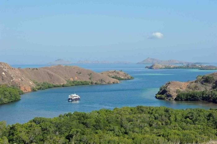 MV Mermaid off Rinca (Charles Anderson)