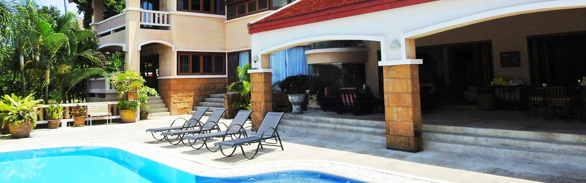 Training Paradise villapool dinning area.jpg
