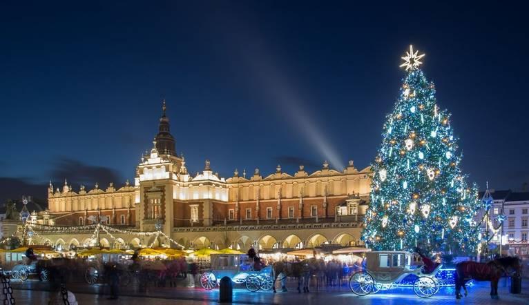 With the Christmas tree and Sukiennice (Krakow Cloth Hall).