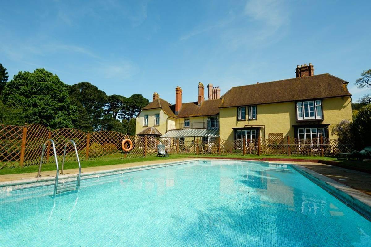 10684_0124 Holnicote House - Pool