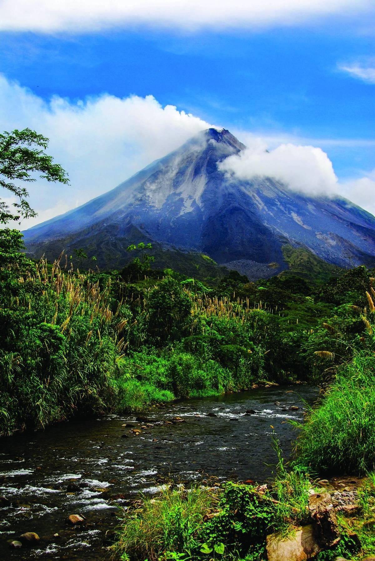 Costa Rica - Arenal Volcano - AdobeStock_219113751.jpg