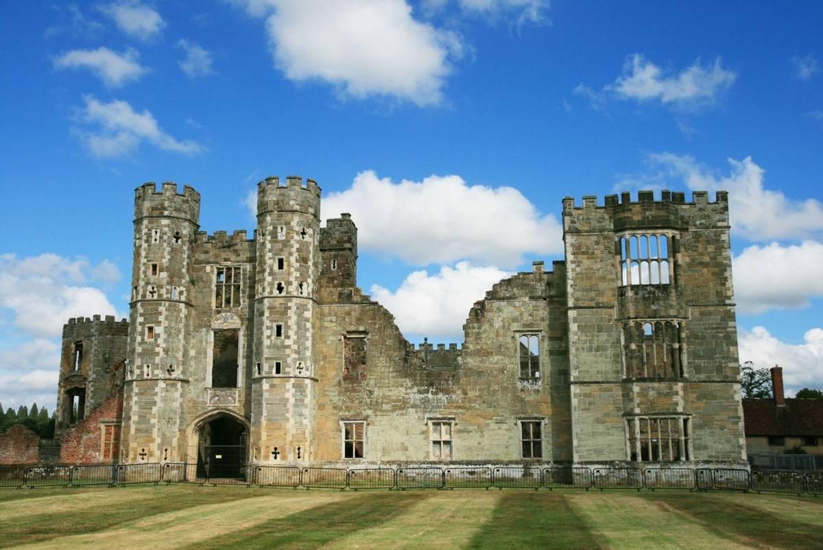 Cowdray_ruins_Midhurst_4.JPG