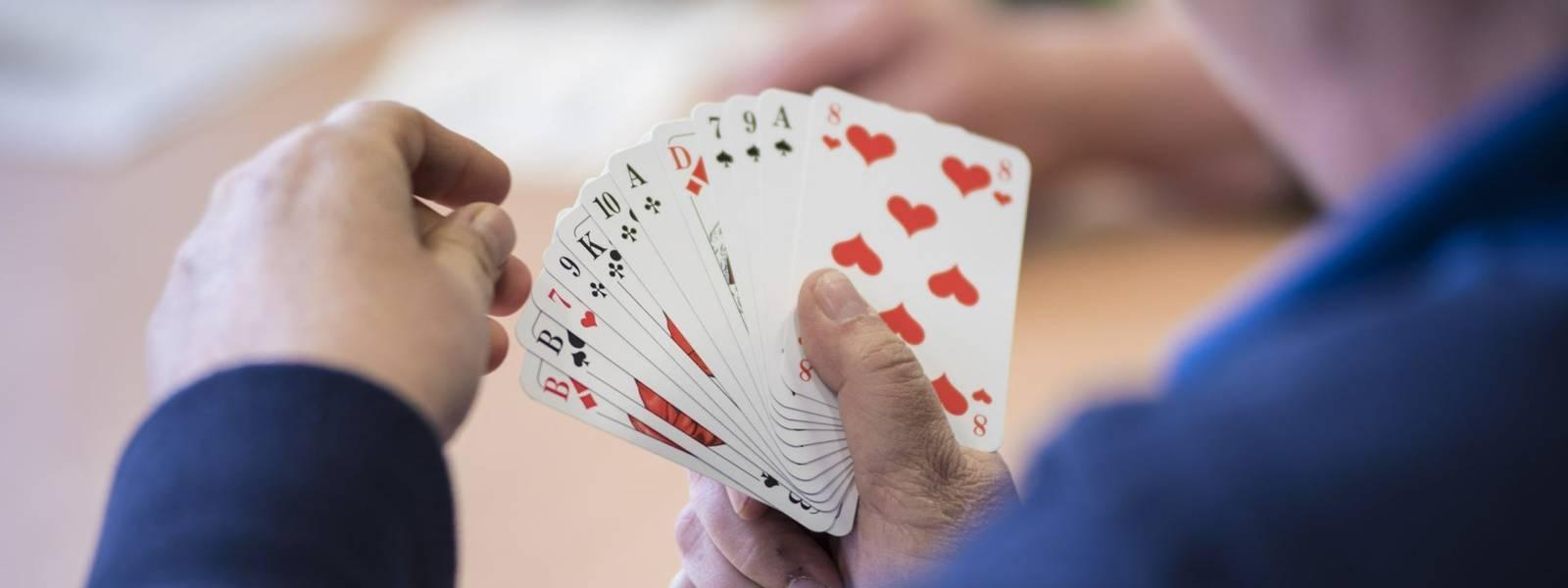 Senioren Hände beim Kartenspiel Häusliche Altenpflege