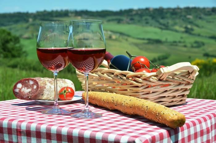 Wine Picnic, Italy, shutterstock_309359108.jpg