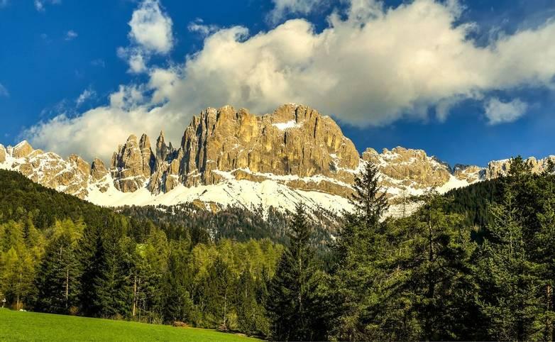 Italy-DolomitesTraverse-Trail-Rosengartengruppe-AdobeStock_125652104.jpeg