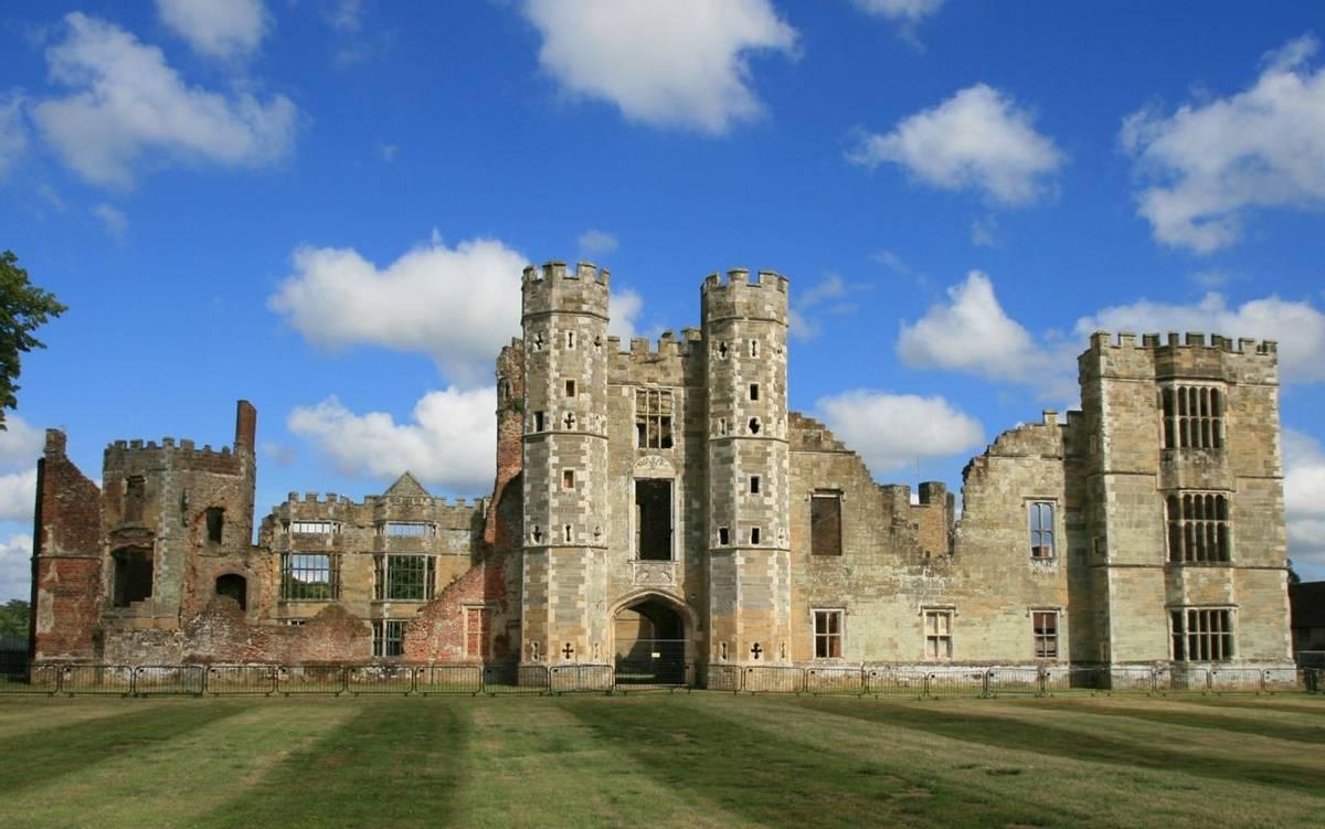 Cowdray_ruins_Midhurst_2.JPG