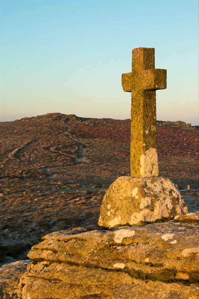 Memorial cross, Corndon Down (© Robert Harvey)
