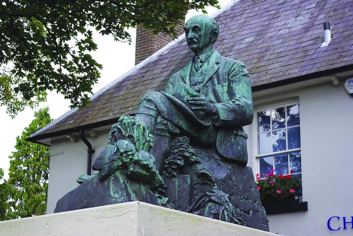 Lulworth - Thomas Hardy Statue Dorchester.jpg