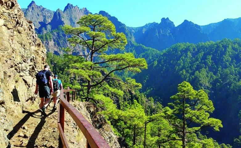 Caminantes en el Parque Nacional de La Caldera de Taburiente