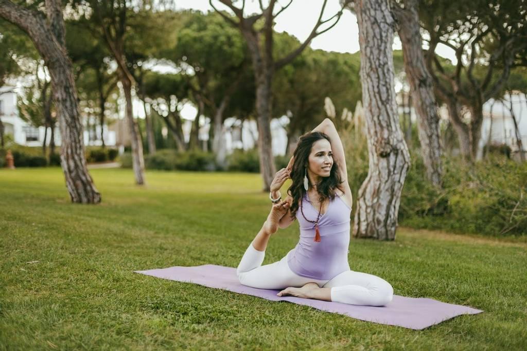 femme pratiquant le yoga à Pine Cliffs au Portugal