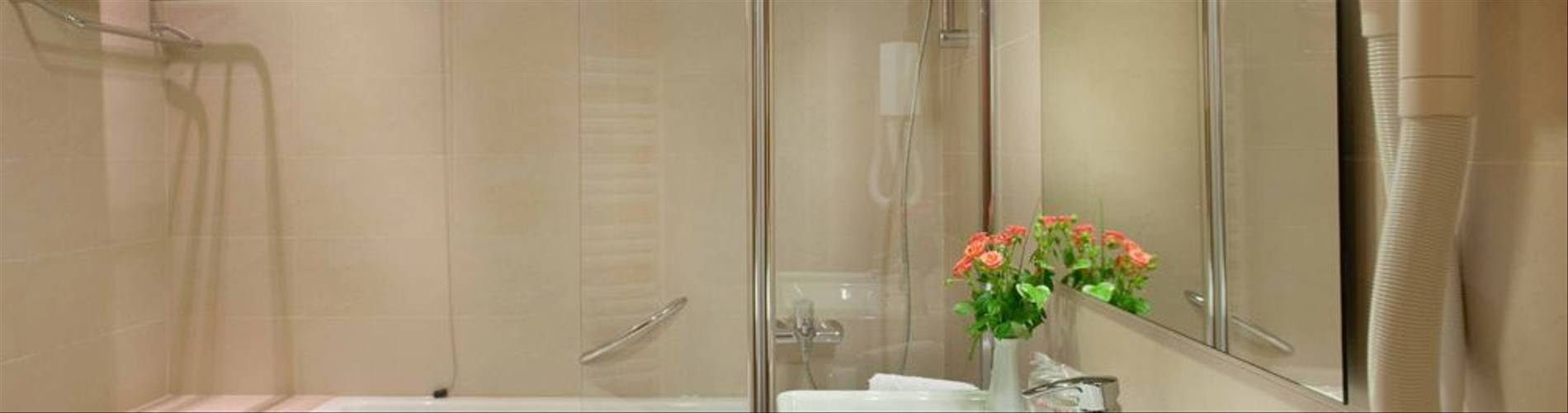 Bathroom-de-luxe-double-room-Hotel-Dubrovnik-Zagreb.jpg