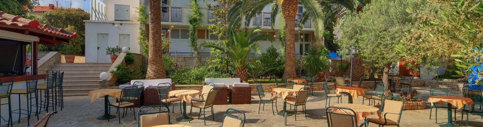 Hotel Villa ADRIATICA 2014 ZFacade Garden3 9X19  panorama 32MB.jpg