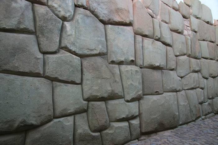 Inca walls at Cusco (Robert Davidson).JPG