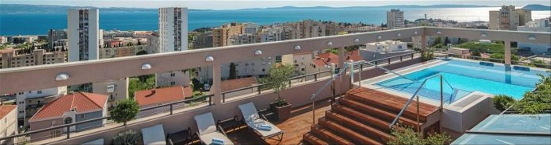 HotelResidence_DIOKLECIJAN_rooftop-bar-sundeck-panorama-day_2048px_DSC03627-695x409.jpg