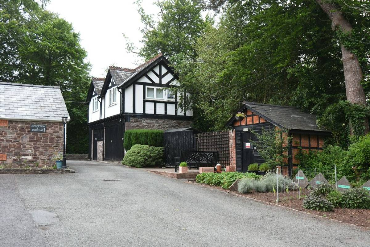10699_0027 - Nythfa House - Exterior