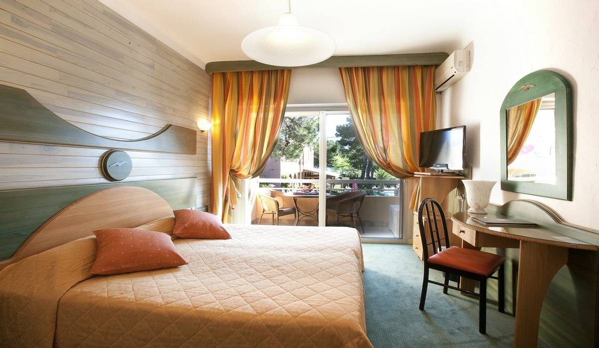 French Catalonia - Grand Hotel du Lido - chambre-villa_24971436742_o.jpg