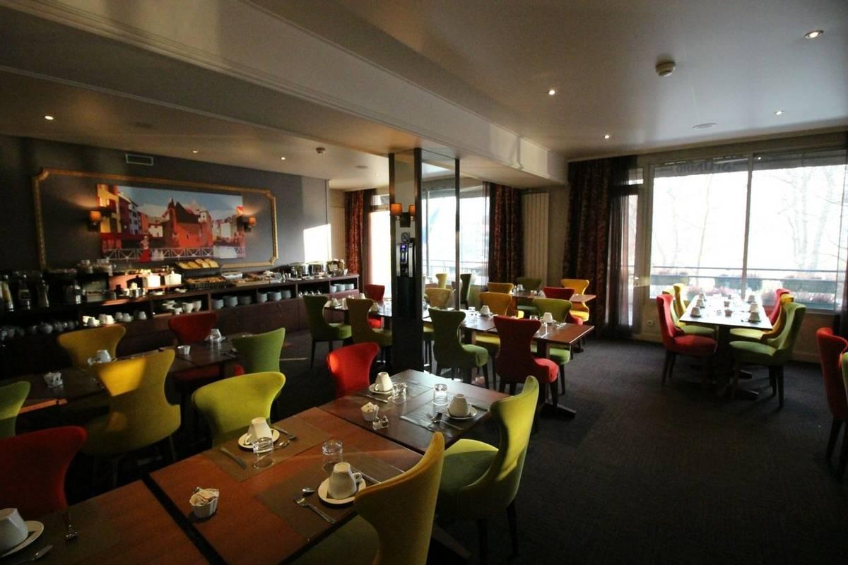 France - Annecy -Hotel Splendid - salle petit déjeuner 2.JPG