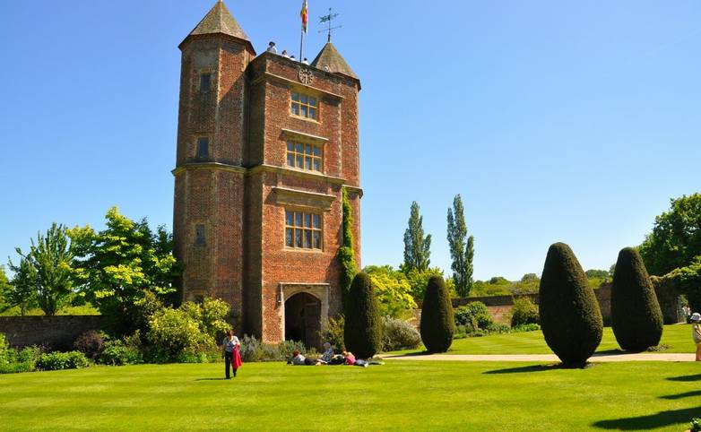 HeritageTours-People-BloomsburyGroup-Sissinghurst-AdobeStock_23715279.jpeg