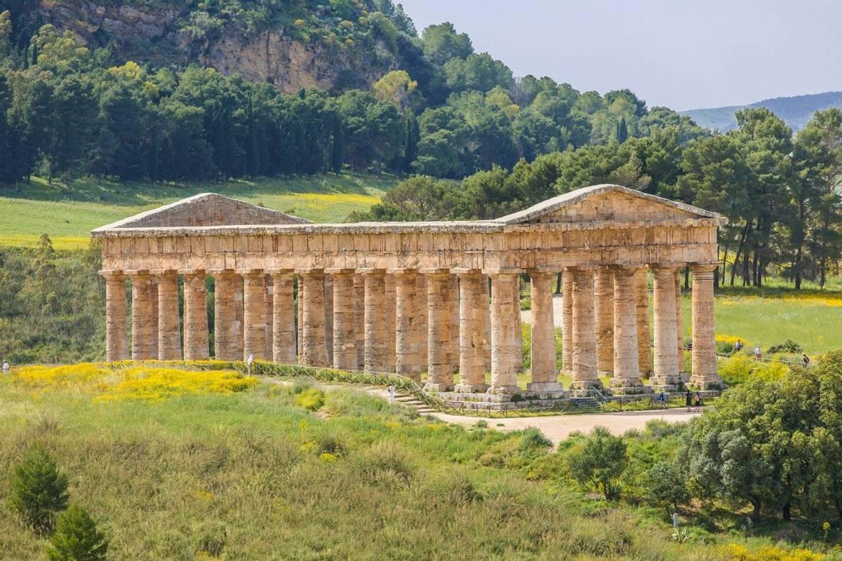 Italy - Sicily -Tempel von Segesta - AdobeStock_52333996.jpeg