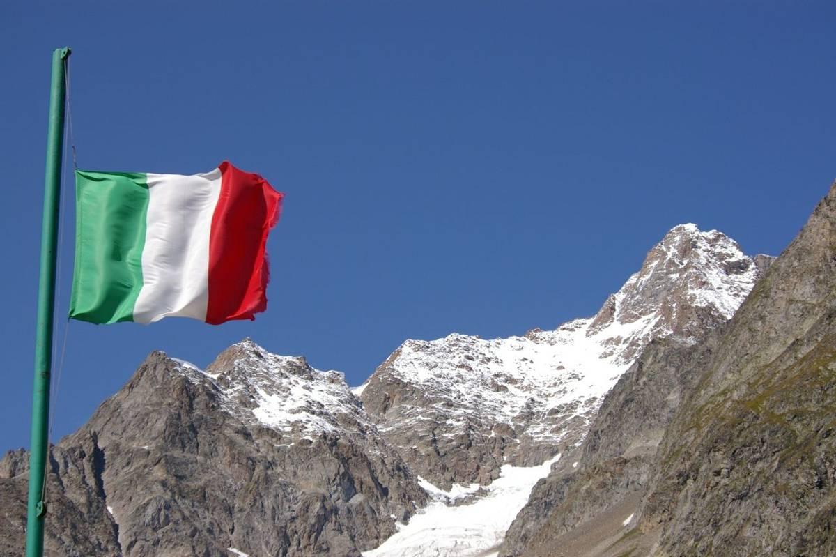 Italian flag Mont Blanc Circuit