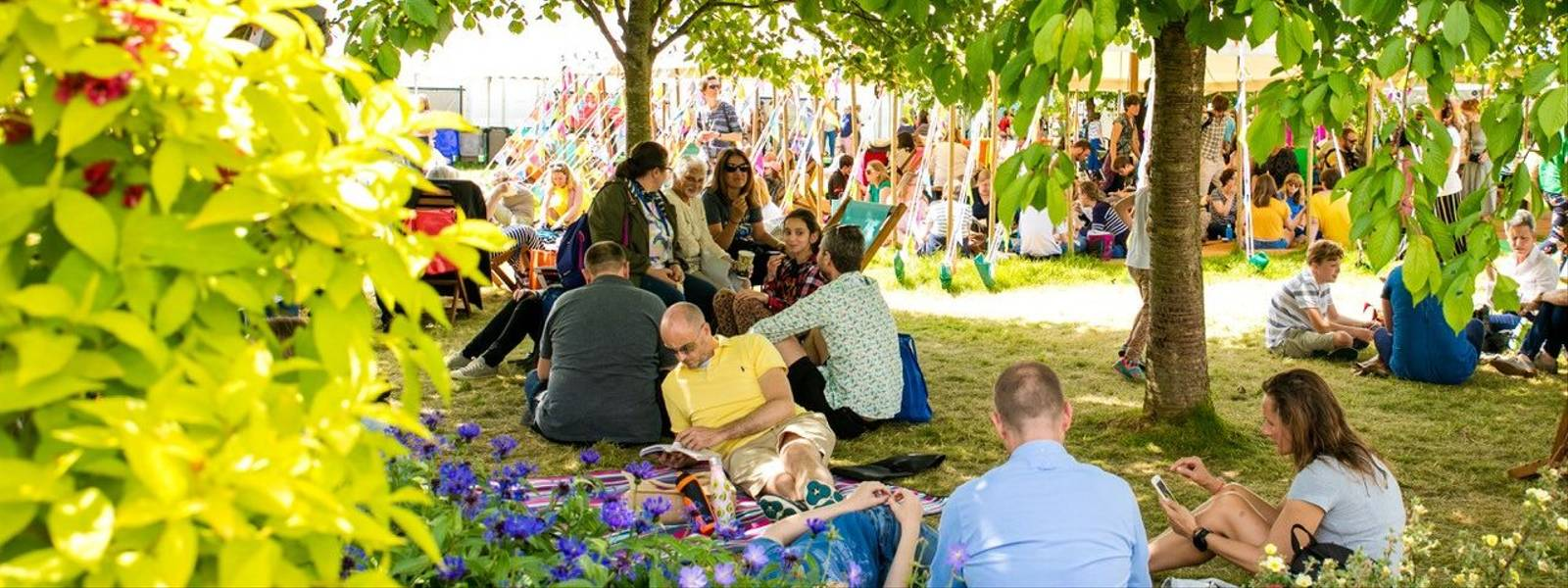 Hay_Festival_People_Reading.jpg