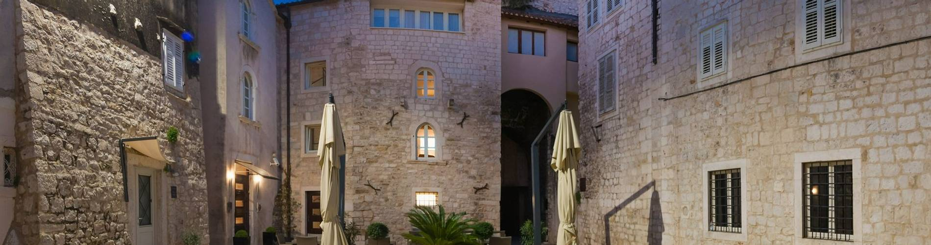 Hotel Vestibul Palace exterior.jpg