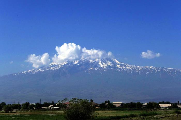 Mt Ararat by Clive Pickton