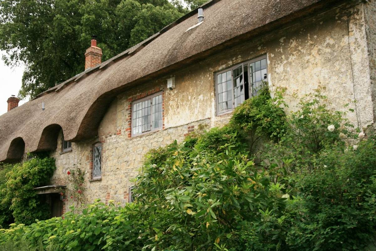 Amberley_village_cottage.JPG