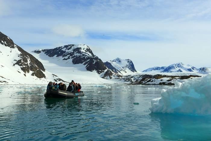 Zodiac cruise in Fuglefjorden
