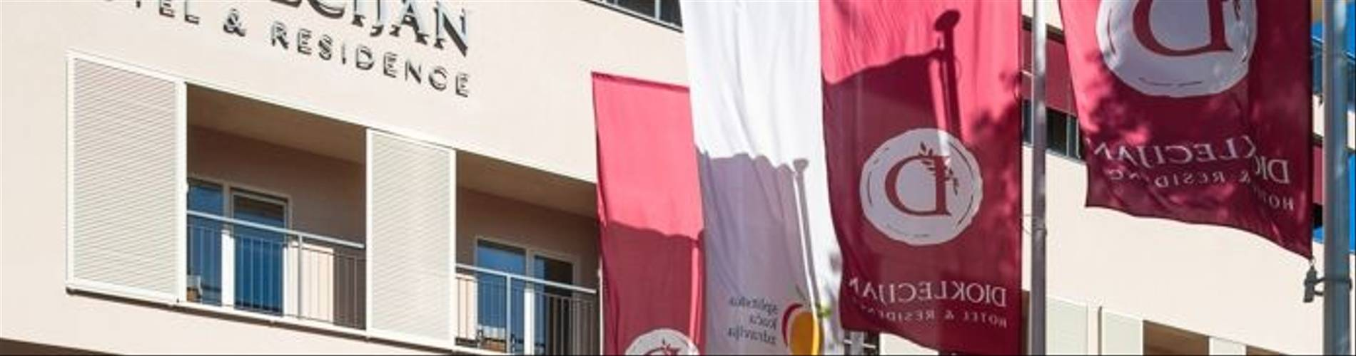 HotelResidence_DIOKLECIJAN_hotel-entrance-flags-day-vertical_2048px_3S8C5839-695x409.jpg
