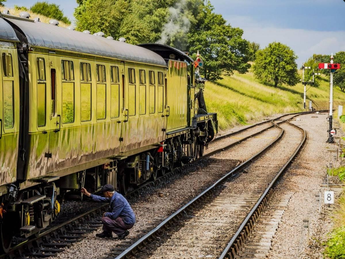Gloucestershire_Warwickshire_Steam_Train_AdobeStock_282832673.jpeg