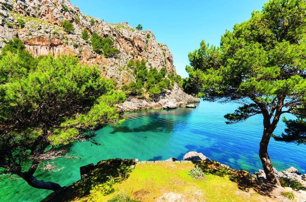 Spain-Mallorca-PuertoDeSoller-shutterstock_140595253.jpg
