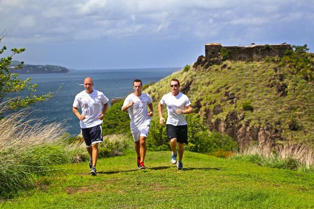 Groupe d'hommes qui courent au BodyHoliday