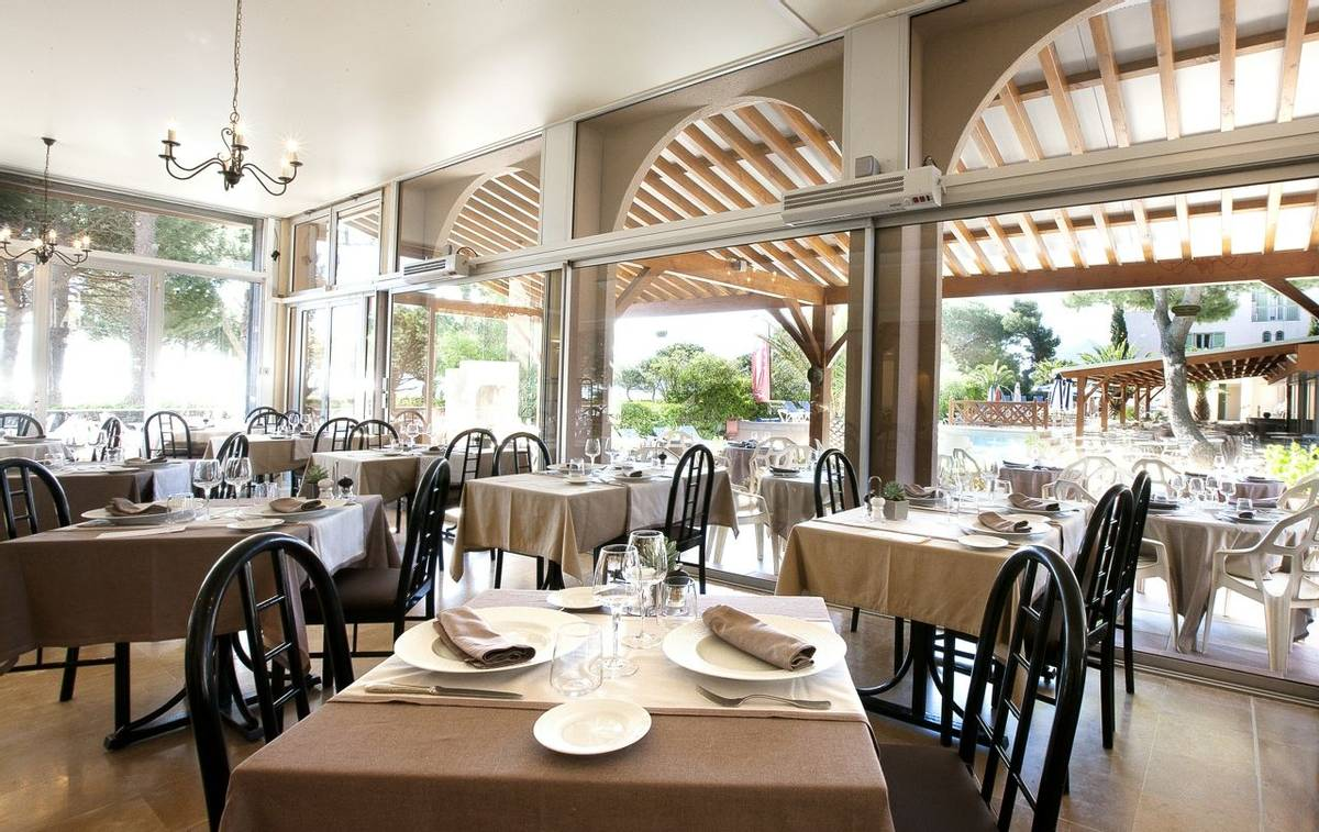 French Catalonia - Grand Hotel du Lido - restaurant_24997302501_o.jpg