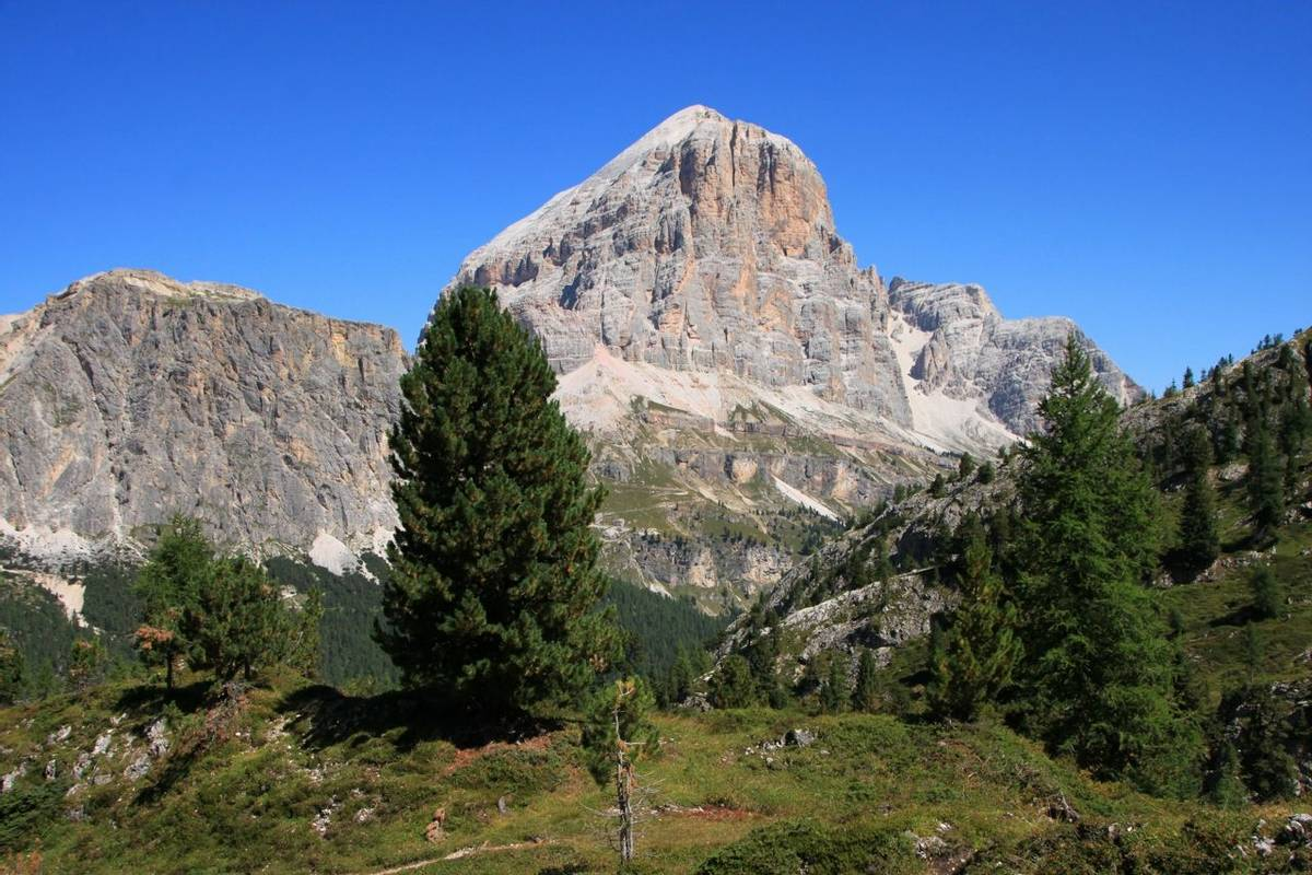Italy-DolomitesTraverse-Trail-LagazuoiTofaneEFanes-AdobeStock_92781059.jpeg