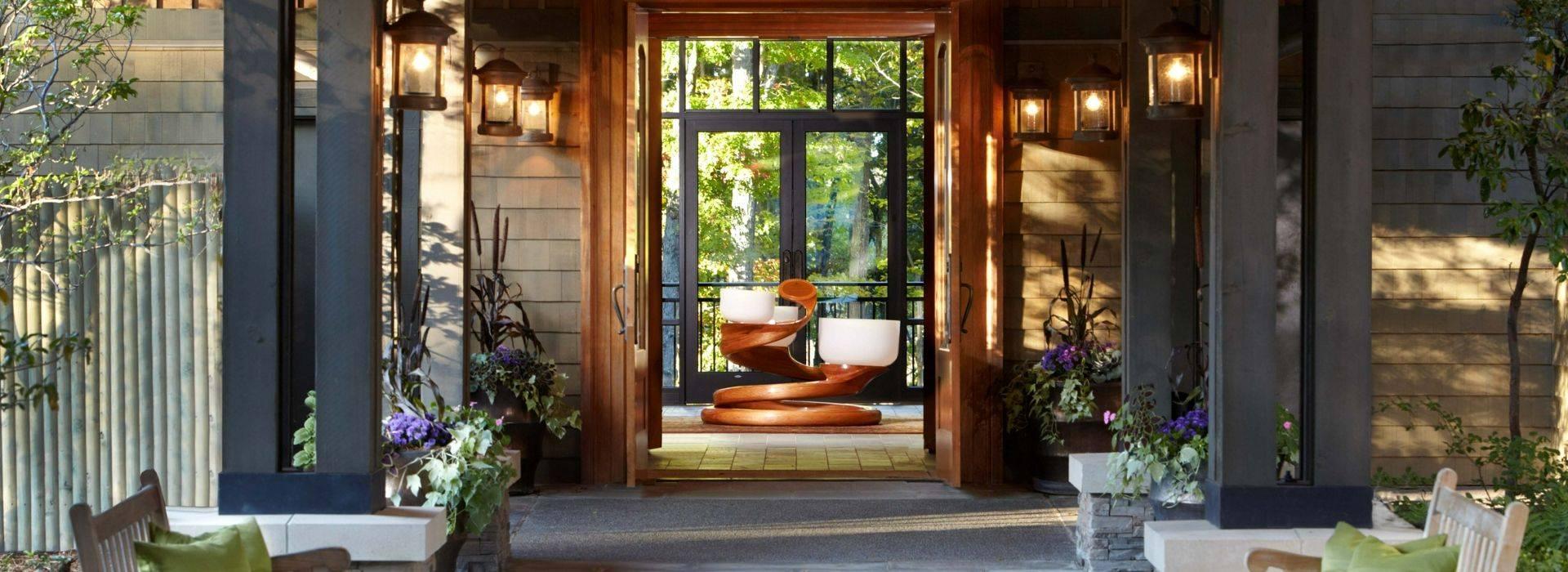 lodge-at-woodloch-EntranceChakraBowls1_HiRes.jpg