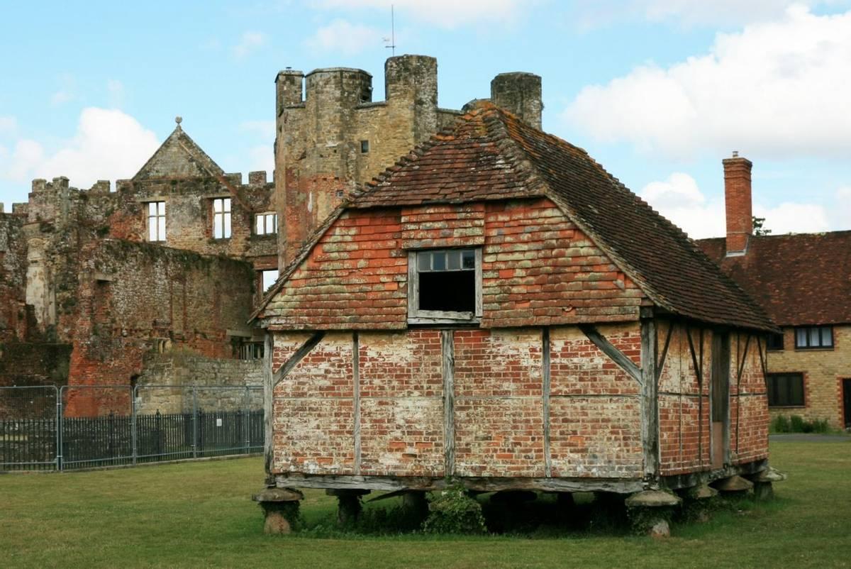 Cowdray_ruins_Midhurst_5.JPG