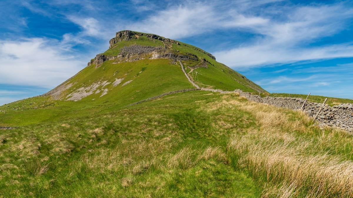 Yorkshire Dales landscape on the Pennine Way between Halton Gill and Horton in Ribblesdale with the Pen-Y-Ghent in the backg…