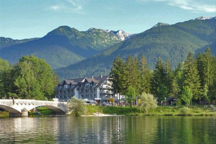 Hotel Jezero (Kerrie Warburton)