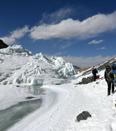 Descending the Khumjungar glacier before Japanese BC