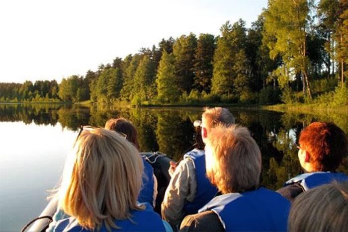 Group on wildlife boat trip (Marcus Eldh)