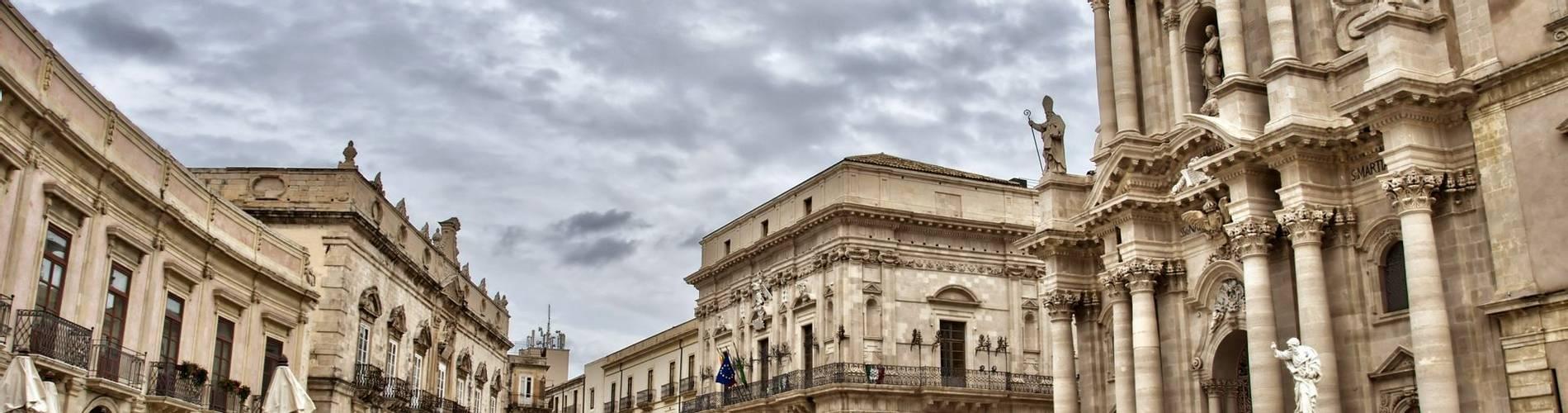 Piazza del Duomo, Syracuse, Sicily.jpg