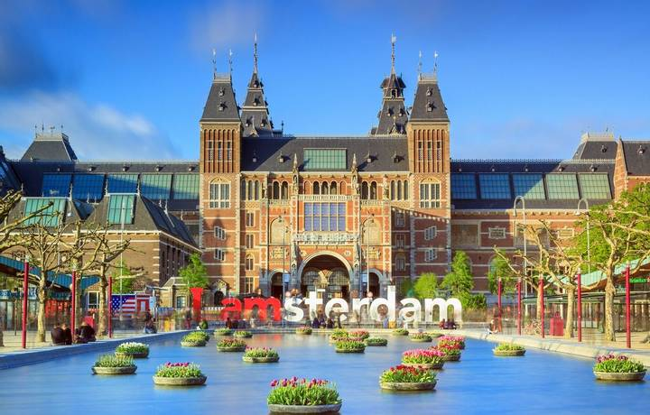 Amsterdam, The Netherlands - May 2, 2014: Beautiful vibrant of tulips in the pond in front of the Rijksmuseum (National stat…