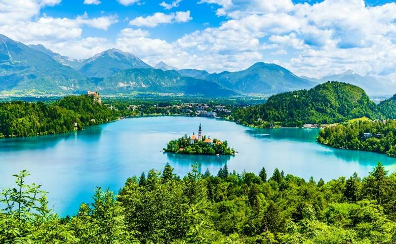 Bled, Slovenia: Beautiful iconic landscape of Lake Bled and the church island in the middle with the castle in the backgroun…