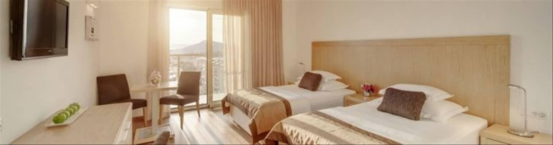 HotelResidence_DIOKLECIJAN_room-bedRoom-interier-panorama_2048px_5D3A2462-695x409.jpg