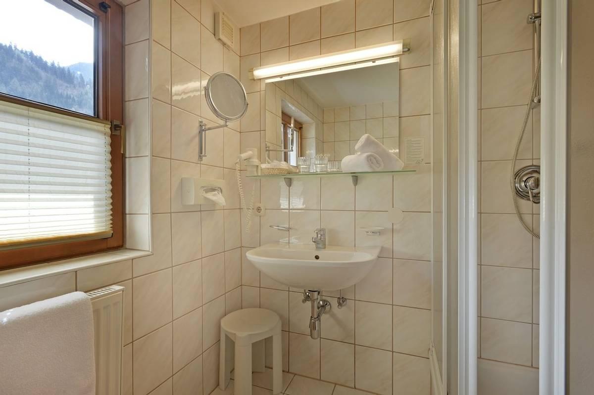 Hotel-Waldheim-Mayrhofen-Fischerstrasse-509-Familie-Pfister-Zimmer-106-BAdezimmer.jpg