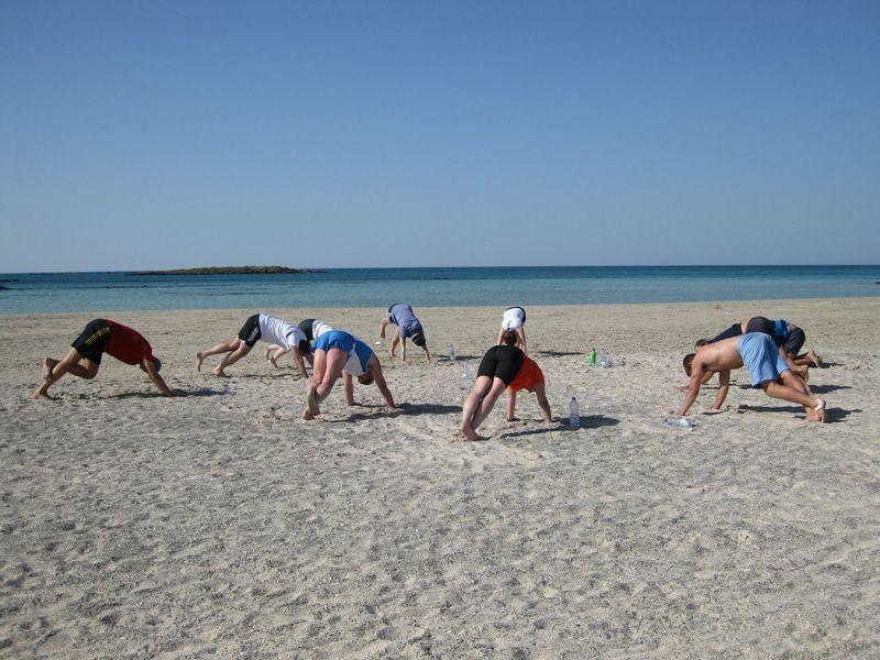 cours de fitness en groupe sur la plage