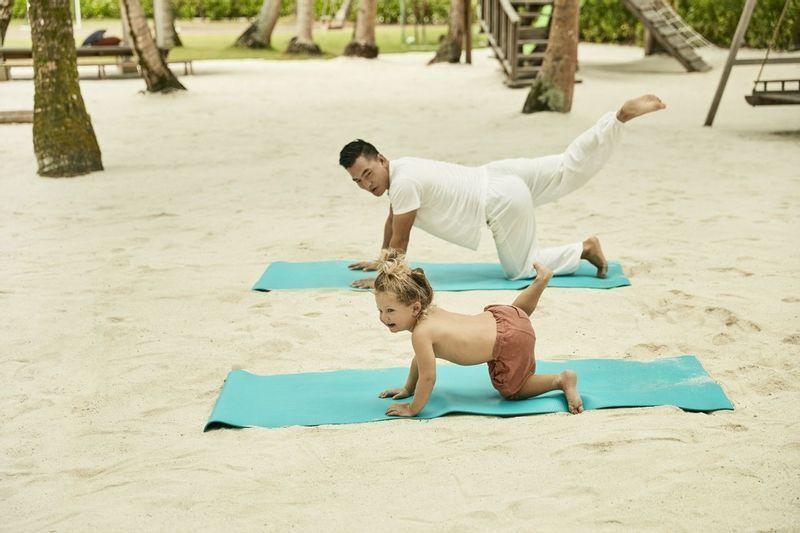Enseignement du yoga pour enfants sur la plage